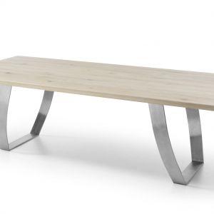 Altro to prostokątny stół, wykonany z drzewa dębowego, o delikatnym ubarwieniu. Jest on uosobieniem nowoczesnego włoskiego designu z domieszką delikatności, wynikającej z prostoty projektu. Fot. Congrazio