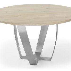 Okrągły stół Sotile, wykonany z drzewa dębowego, o delikatnym ubarwieniu. Zaokrąglone nogi będące podstawą stołu, wykonane są z efektownego matowego metalu. Fot. Congrazio