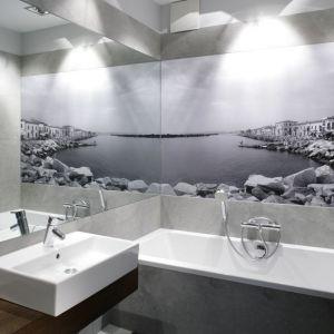 Obraz na ścianie w łazience odwróci uwagę od małej powierzchni wnętrza. Warto, aby wpisywał się on w konwencję pokoju kąpielowego, aby nawiązywał do motywu wody lub wypoczynku. Projekt: Lucyna Kołodziejska. Fot. Bartosz Jarosz
