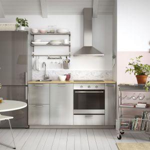 Otwarta kuchnia sprawdzi się szczególnie w małych mieszkaniach. Zlikwidowanie ściany dzielącej kuchnię z salonem, znacznie powiększy przestrzeń. Fot. IKEA