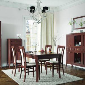 Silento to klasyczna kolekcja utrzymana w kolorze orzech classic. Na szczególną uwagę zasługują stylowe dekory na frontach oraz frezowane elementy. Fot. Paged Meble