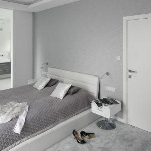 Łazienka połączona z sypialnią i przedzielona przesuwnymi drzwiami to rozwiązanie dobre dla tych, którzy mimo wszystko potrzebują czasem prywatności. Projekt: Katarzyna Mikulska-Sękalska. Fot. Bartosz Jarosz