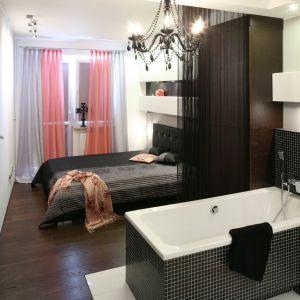 Połączone ze sobą łazienka i sypialnia, powinny być urządzone w tym samym stylu. Dzięki temu pomieszczenia będą harmonijne. Projekt: Marta Dąbrowska. Fot. Bartosz Jarosz