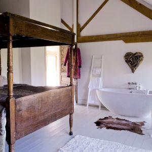 Łazienka w sypialni wymaga nieskazitelnej czystości. Jest to jednak ciekawe połączenie, które sprawia, że wnętrze jest miejscem prawdziwego relaksu. Projekt i fot. Narratives
