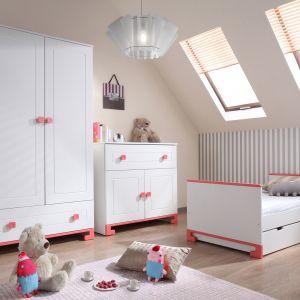 Kolekcja Toto zapewnia wiele miejsca do przechowywania dzięki pojemnym szafom i komodom. Dostępna jest w dwóch kolorach biel z niebieskim i biel z różem - dedykowana dla chłopców i dziewczynek. Fot. Pinio