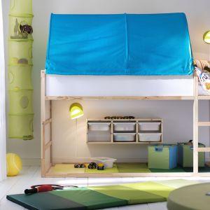 Łóżko na antresoli to połączenie przyjemnego z pożytecznym. Wygodnie się nim śpi, zaś pod materacem można się świetnie bawić. Fot. IKEA