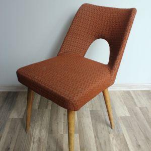 Krzesło z czasów PRL. Luźne oparcie zostało przybite długimi gwoździami (wystarczyło przykręcić śruby), które spowodowały jego pęknięcie w kilku miejscach. Choć krzesłu z pozoru nic nie dolegało, nie udało się go naprawić. Fot. Paweł Machomet