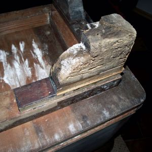 Spróchniałe drewno i pleśń na zabytkowych nogach kredensu. Nie nadawały się do odnowienia i musiały zostać skopiowane przez miejscowego stolarza. Fot. Paweł Machomet