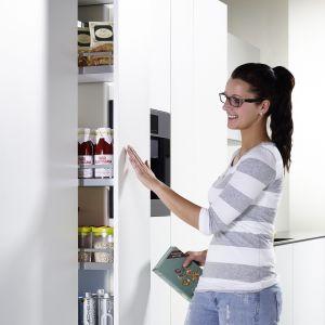 System Dispensa pozwala zagospodarować wąski element zabudowy na praktyczną szafkę. Fot. Peka
