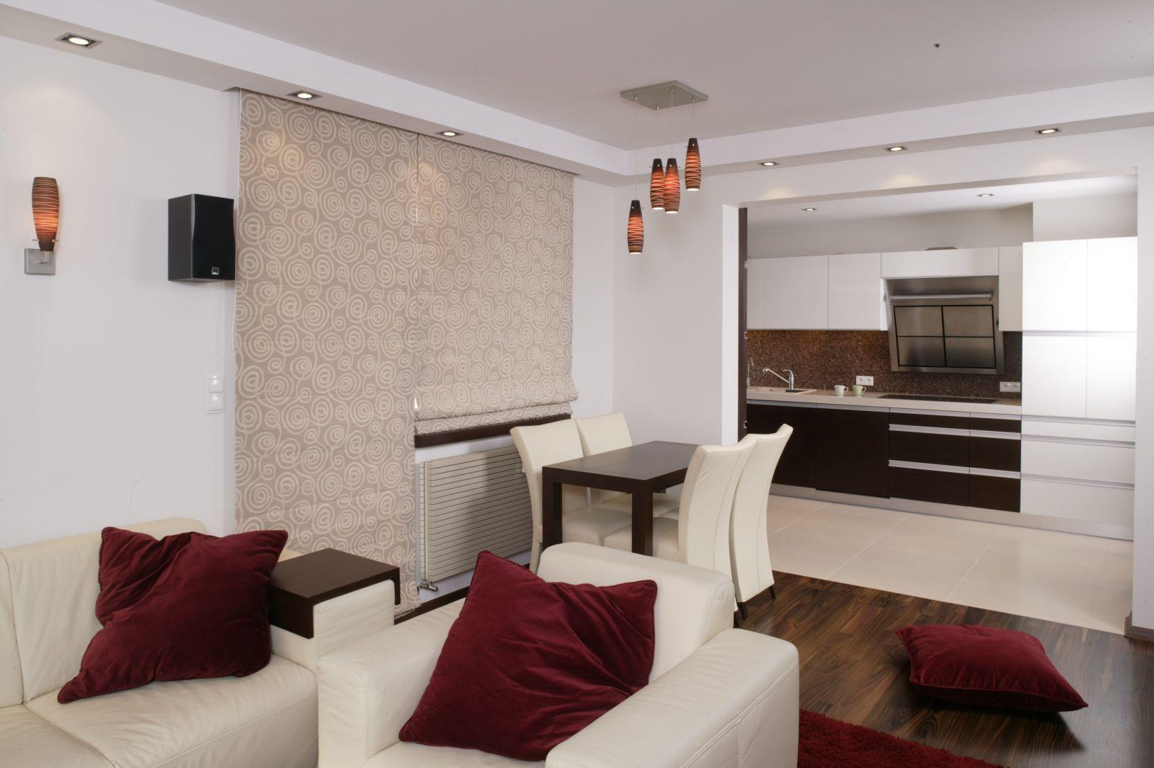 Kuchnię od salonu odgradza niewielka ścianka. Dzięki temu dało się wyodrębnić wygodne miejsce na stół jadalniany. Projekt: Katarzyna Żukowska. Fot. Bartosz Jarosz