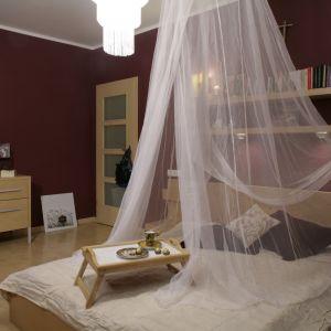 Łóżko z baldachimem świetnie sprawdzi się w eleganckiej sypialni. Sprawi, że wnętrze nabierze wyjątkowego charakteru. Nada mu przytulności i podkreśli jego intymny i zaciszny charakter. Projekt: Lucyna Dowejko. Fot. Bartosz Jarosz