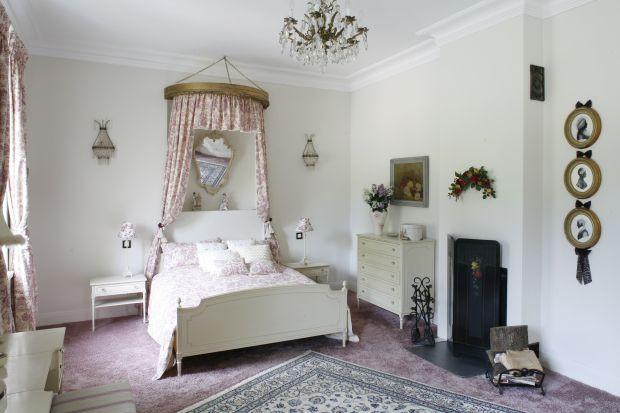 Marzysz o eleganckiej sypialni w pięknym stylu? Nie masz pomysłu na stylową aranżację? Zajrzyj do naszej galerii zdjęć. Znajdziesz tam garść przydatnych inspiracji.