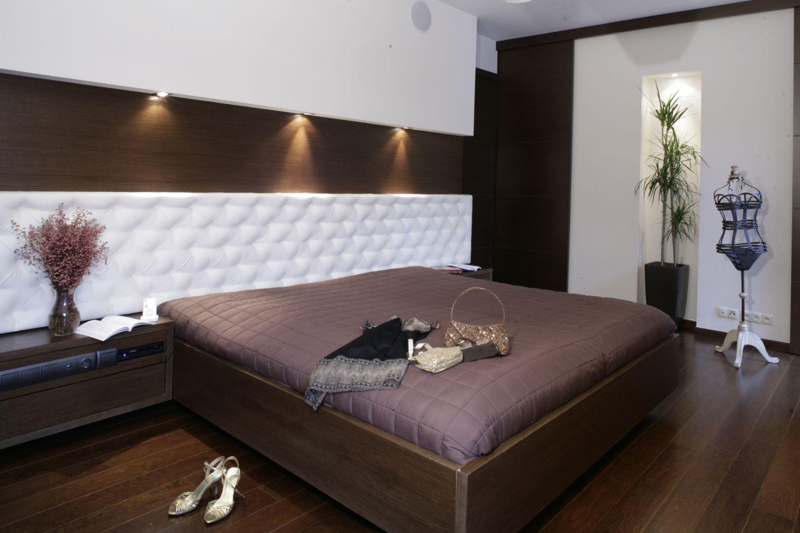 Stylu wnętrzu nadają wysmakowane detale. Wśród nich można wymienić panel dekoracyjny zdobiący ścianę za łóżkiem oraz eleganckie dodatki. Projekt: Katarzyna Mikulska-Sękalska. Fot. Monika Filipiuk-Obałek