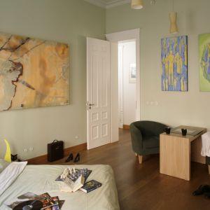 Sypialnia z niewielkim kącikiem do wspólnego relaksu. Zgrabna ława oraz dwa miękkie fotele zachęcają do rozmów przed snem. Projekt: Anna Buczny. Fot. Bartosz Jarosz