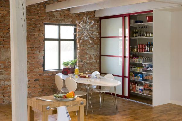 Nawet w niewielkiej kuchni możemy stworzyć miejsce do przechowywania z prawdziwego zdarzenia. Zobaczcie funkcjonalne pomysły na spiżarnię w kuchni.