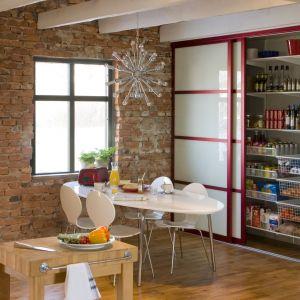 W szafie kuchennej miejsce znajdzie się nie tylko na suchą żywność, ale również na sprzęty kuchenne, np. miksery, wagi czy toster. Fot. Elfa
