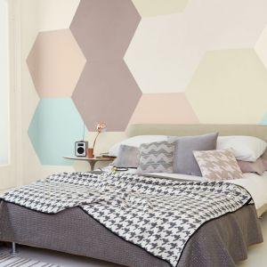 Pomalowanie ściany w nietypowy sposób sprawi, że sypialnia stanie się naszym indywidualnym azylem. Dzięki szablonom do malowania oraz odrobinie fantazji, możemy stworzyć aranżację jakiej nie ma nikt. Fot. Dulux