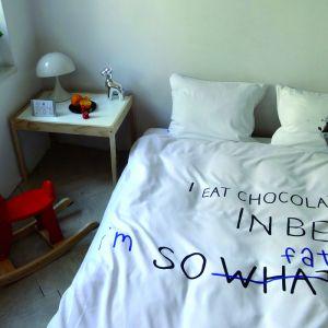 Aby ożywić sypialnię i nadać jej charakteru spraw sobie ciekawą pościel. Modne są nie tylko wzory, ale również zabawne napisy. Fot. Hug the Stuff