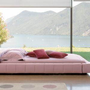 Łóżko w odznaczającym się kolorze sprawi, że od razu poczujesz się wyjątkowo w sypialni. Najlepiej aby było ono wykończone przyjemną w dotyku tkaniną. Fot. Bonaldo