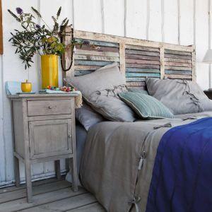 Oryginalny zagłówek łóżka to sprawdzony przepis na nietuzinkową sypialnię. Ten jeden element może zaważyć na całej aranżacji. Fot. Maison du Monde