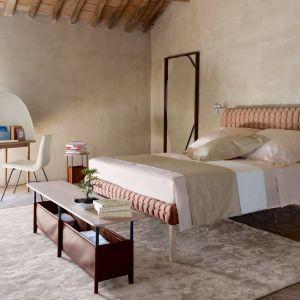 Projektanci radzą, że najlepszymi barwami do sypialni są kolory ciepłe, ziemiste, nie wymagające. Takie właśnie są beże i jasne brązy. Fot. Ligne Roset