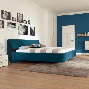 Łóżko to absolutny fundament sypialni. Jeśli chcesz, aby wnętrze było wyjątkowe, wybierz nietypowy model łóżka. Np. to łóżko wygląda, jakby lewitowało nad podłogą. Fot. Huelsta