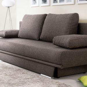 Prosta w swej formie sofa Manhatan z luźnymi poduszkami oparciowymi i podłokietnikowymi oraz trapezową formą podstawy tworzy oryginalny, modny kształt, idealny do salonu i pokoju młodzieżowego. Fot. Black Red White