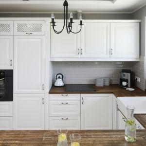 Kuchnia w angielskim stylu. Aranżacji uroku dodają ozdobne uchwyty oraz stylizowany sprzęt AGD. Projekt: Beata Ignasiak. Fot. Bartosz Jarosz