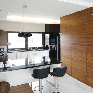 Nowoczesna kuchnia wcale nie musi być zimna. Drewno sprawi, że wnętrze stanie się przytulne i eleganckie. Projekt: Piotr Stanisz. Fot. Bartosz Jarosz