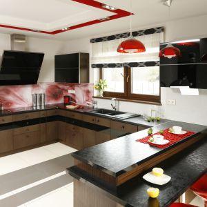 Brązowa kuchnia z czerwonymi akcentami. Całość prezentuje się bardzo stylowo i nowocześnie. Projekt: Marta Kilan. Fot. Bartosz Jarosz