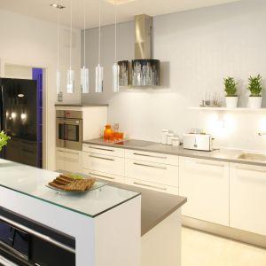 Wyspy kuchenne są modnym, funkcjonalnym i coraz bardziej popularnym rozwiązaniem aranżacyjnym. W przypadku kuchni otwartych na salon, optycznie oddzielają przestrzeń kuchenną od reszty pomieszczenia, a przygotowując posiłek na wyspie mamy swobodny kontakt z osobami przebywającymi w salonie. Projekt: Patrycja Grych. Fot. Bartosz Jarosz