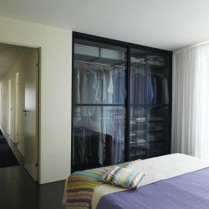 Dzięki przeszklonym drzwiom, szafa będzie prezentować się elegancko. To rozwiązanie wymaga jednak utrzymania wewnątrz niej perfekcyjnej czystości. Fot. Elfa