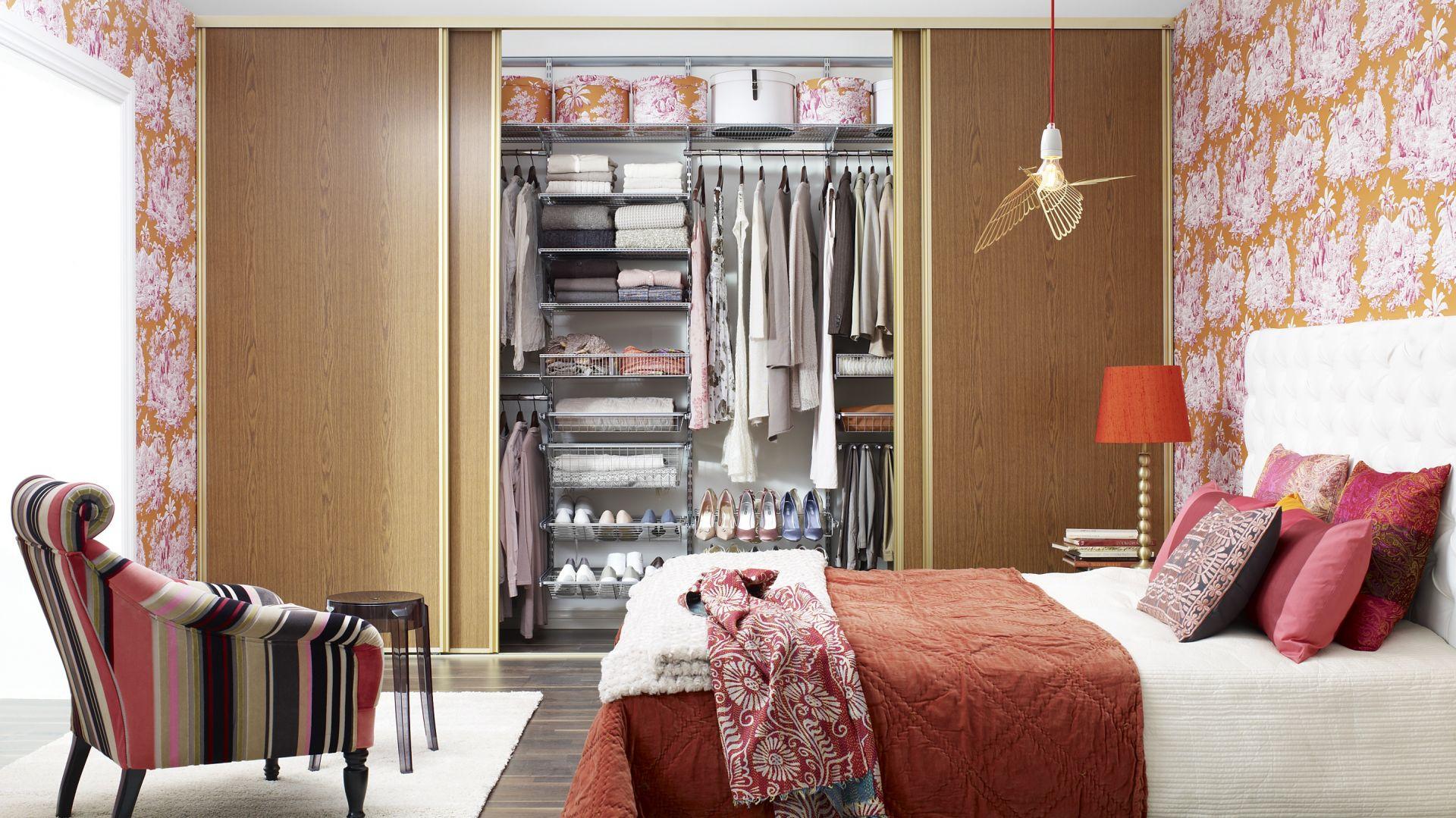 Szafa najlepiej sprawdzi się w sypialni. Umieszczona na całej ścianie będzie świetnym miejscem do przechowywania odzieży, jak również przedmiotów sezonowych. Fot. Elfa