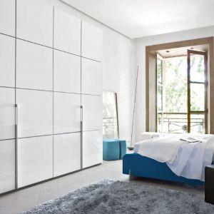 Szafa może być prawdziwą ozdobą sypialni. Jej fronty warto jednak dopasować do stylistyki łóżka, aby wnętrze było spójne i prezentowało się modnie. Fot. Ligne Roset