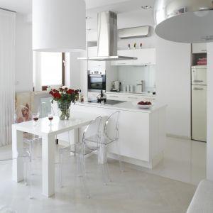 Jadalnia jest bardzo elegancka dzięki zastosowaniu klasycznej bieli. Ta barwa dominuje w całym wnętrzu, nie brakuje tu więc światła. Projekt: Piotr Gierałtowski. Fot. Bartosz Jarosz