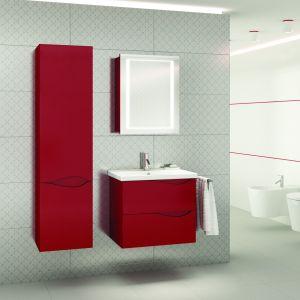 Murcia łączy ciekawe wzornictwo z kompaktową formą dostosowaną do niewielkich łazienek. Kojarząca się z ruchem wody, wyfrezowana w górnej krawędzi frontu łagodna fala, pełni funkcję uchwytu. Fot. Deftrans