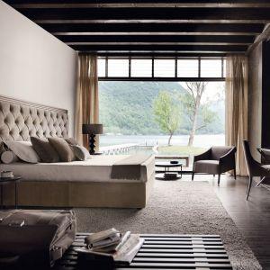 Ogromny, tapicerowany zagłówek sprawi, że sypialnia będzie prezentować się nie tyle stylowo, ile wytwornie. Fot. Poliform