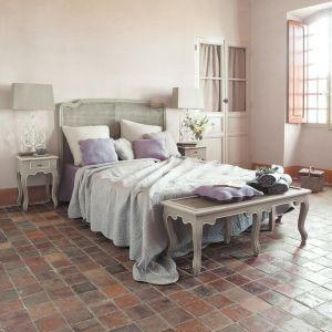Łóżko w prowansalskim stylu dobrze odnajdzie się w towarzystwie eleganckich szafeczek i witryn. Fot. Maison du monde