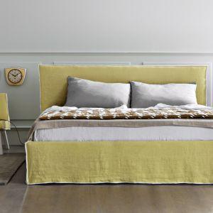Dla ożywienia wnętrza sypialni, można wybrać model łóżka w nasyconym, mocnym kolorze. Fot. Letti&Co