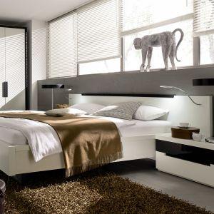 Łóżko z podświetlanym zagłówkiem to nowoczesny i bardzo praktyczny element sypialni. Fot. Huelsta