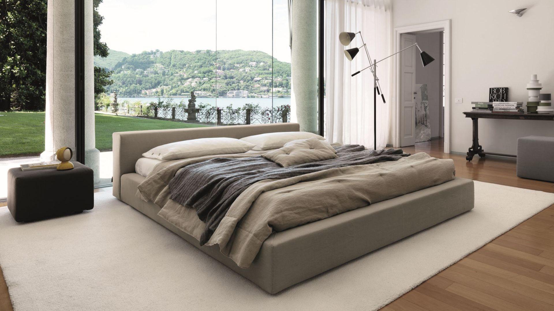 Niskie łóżka nie przytłaczają pomieszczenia, jednak mogą być niewygodne dla osób, które cierpią na ból stawów. Im niże łóżko, tym ciężej z niego wstać. Warto wybrać taki model, aby każdemu z małżonków spało się na nim doskonale. Fot. Desire Italia