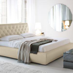 Pikowany, elegancki zagłówek to doskonały dodatek do romantycznych sypialni. Fot. Cattelan