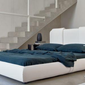 Białe łóżko tapicerowane w całości. Fot. Bonaldo