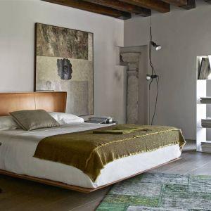 Skórzana rama łóżka to propozycja do eleganckiej sypialni. Z pewnością spodoba się mężczyznom, bowiem ma nieco męski charakter. Fot.BB Italia