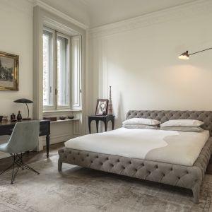 Łóżko z wyrazistym pikowaniem to modny detal, który z pewnością będzie przykuwać uwagę. Fot. Arketipo