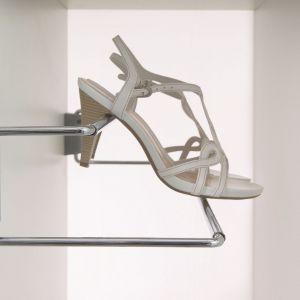 Ażurowa półka na buty mocowana do do drzwi szafki. Fot. Wireli