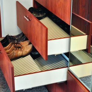 Szuflady z odpowiednio ryflowanymi wkładami, dzięki którym buty się nie przemieszczają. Fot. Peka