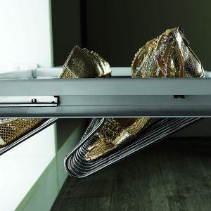 Relingowe szuflady wykonane z drutów zapewniają butom swobodną cyrkulację powietrza. Fot. Gtv