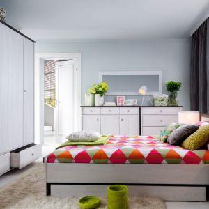 Kolekcja Porto to przepis na modną i ciepłą sypialnię. Jasna kolorystyka korpusów i frontów w zestawieniu z ciemnym kolorem blatów lub stonowany dąb naturalny burlington sprawią, że sypialnia będzie niezwykle przytulna. Cena łóżka: 399 zł bez szuflady. Fot. Black Red White
