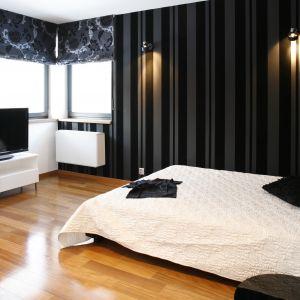 Sypialnia prezentuje się bardzo stylowo, a jednocześnie nowocześnie. A to za sprawą mebli wyróżniających się geometryczną formą. Projekt: Dąbrówka Potowska. Fot. Bartosz Jarosz